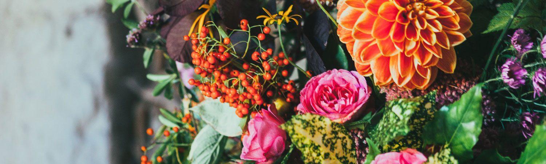 Blumen und Blumenkränze für Beerdigung
