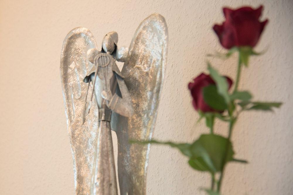 Engel und rote Rose bei Bestattungen Reinders