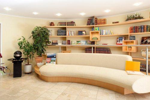 Wartebereich mit Bücherregalen